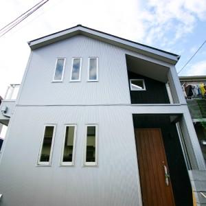 小窓からの採光が優しい天然無垢材デザイン住宅