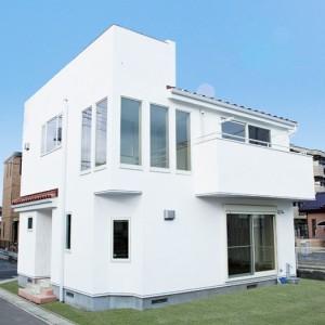 屋上庭園のあるモダンデザインの白い注文住宅