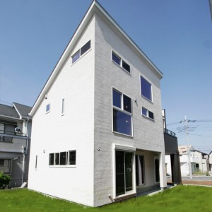 屋上テラスのあるモダンな天然無垢の白い家