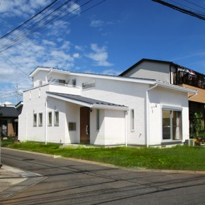 開放的な吹抜けリビングのある無垢の北欧風住宅