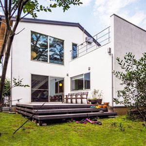 吹抜けのLDKと無垢材のテラスが素敵なデザイン住宅
