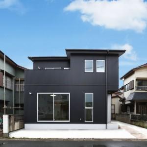 無垢材を贅沢に使用したシンプルモダンなデザイン住宅
