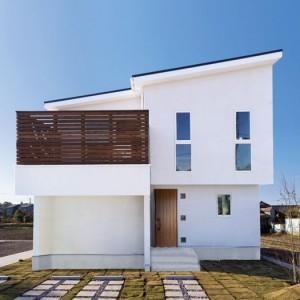 無垢バルコニーが美しい白いナチュラルモダン住宅