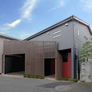 木調格子の柵が印象的な朱と黒の和モダン住宅