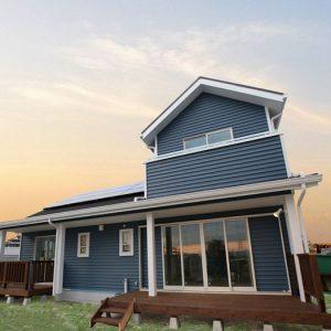 開放的なウッドデッキのある無垢素材デザイナー住宅