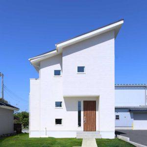 開放的な空間が広がる白漆喰のナチュラルなデザイン住宅