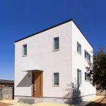 インナーテラスでボタニカルライフが楽しめるシンプルデザインの白い家